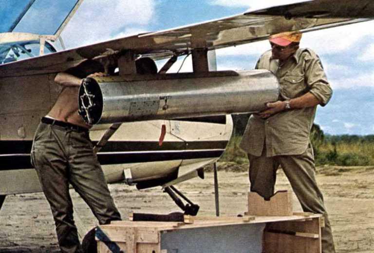 Los pilotos de Von Rosen cargando los cohetes en los Pods.